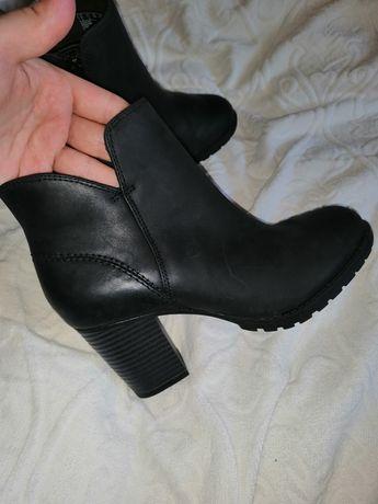 Фирменные ботильоны демисезонные ботинки Clarks оригинальные.кожаные.