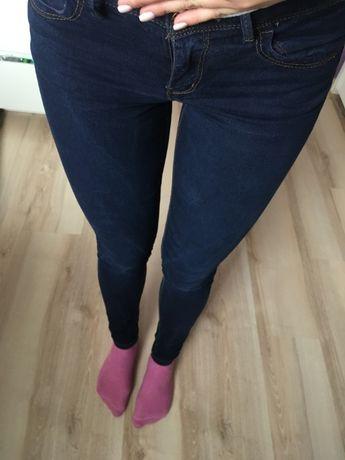 Granatowe spodnie Pull&Bear rurki obcisłe długie skinny ciemne jeansy