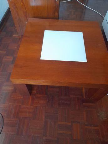 Vendo mesa estilo italiana,  em madeira com vidro branco