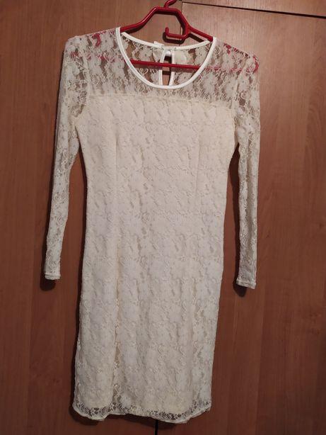 Платье белое круживное.