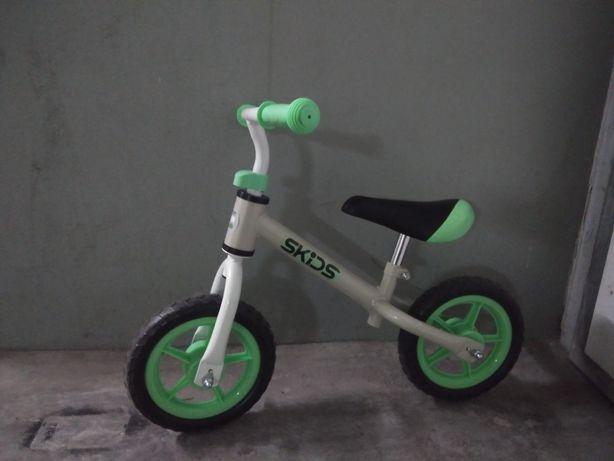 Bicicleta de aprendizagem Skids, nunca usada.