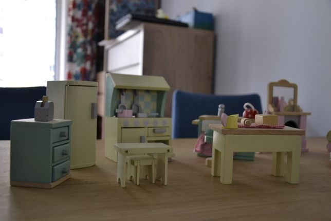 Le Toy Van Daisylane SALON + KUCHNIA + 3 lalki drewniane