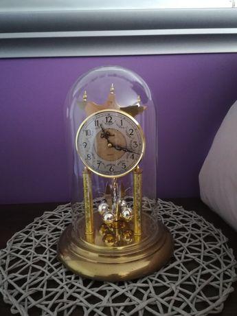Zegar pod szklaną kopułą z elektronicznym wahadlem