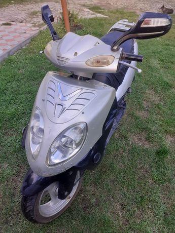 Продам скутер 80 кубів .7000гр.на ходу.