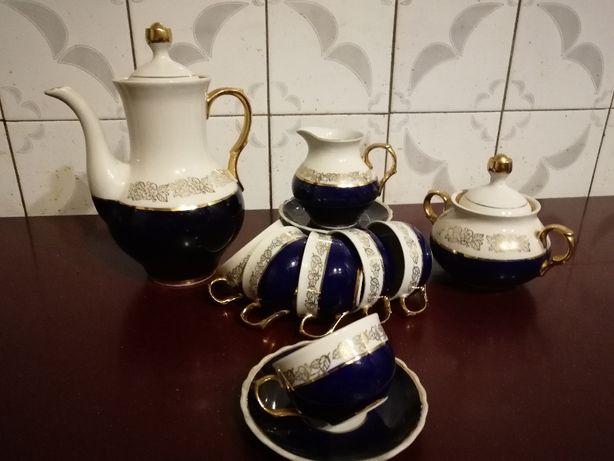 Продам фарфоровый чайнно-кофейный сервиз.