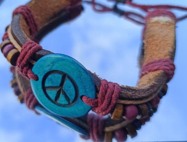 Pulseira com missangas de madeira com símbolo da paz