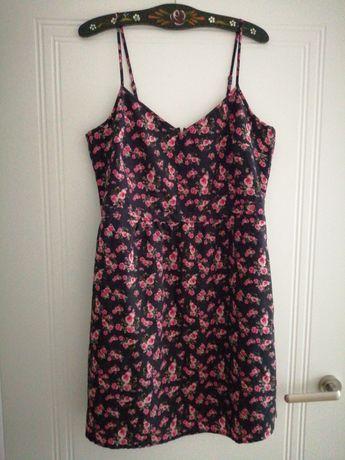 Romantyczna sukienka w różyczki na lato