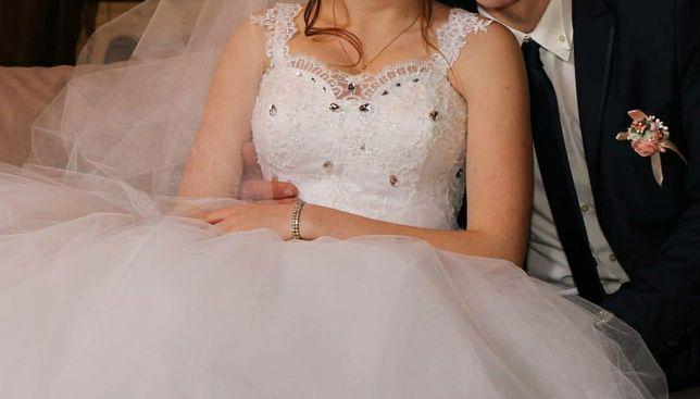 Свадебное платье белоснежное пвшное