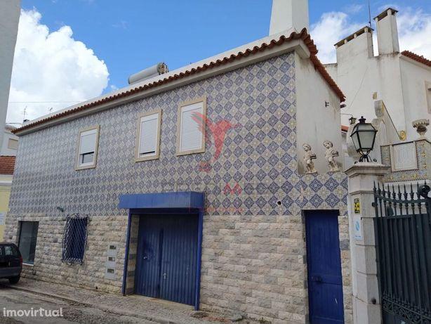 Prédio destinado a habitação e comércio no centro do Cartaxo