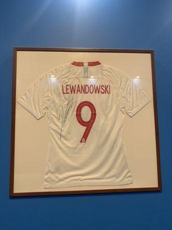 Sprzedam oprawioną koszulkę z podpisem Roberta Lewandowskiego
