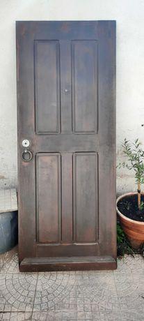 Porta de rua em madeira maciça