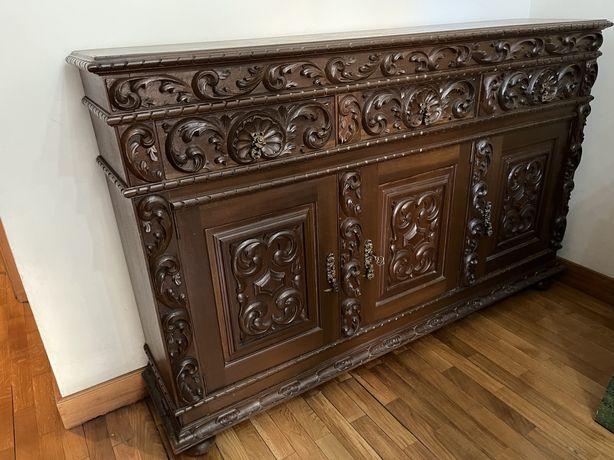 Movel em madeira ornamentado