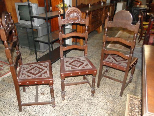 Cadeiras de sala em madeira maciça e couro - Bom estado geral - Valor