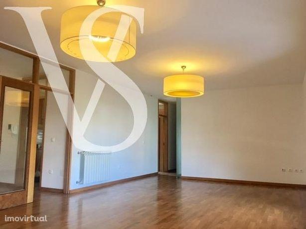 T3 Duplex Fabuloso, Igual a Novo, Garagem 2 Carros, Varandas, Suite.