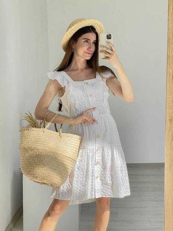 Платье из прошвы с коричневыми пуговицами  белое