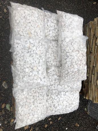 Kamien otaczany śnieżno-biały