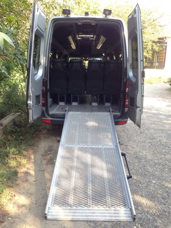 Пандус або платформа для інвалідних візків