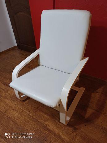 Fotel z białej eko - skóry typu Finka