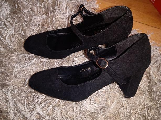 Czarne zamszowe wyskie buty na słupku, zapinane na kostce