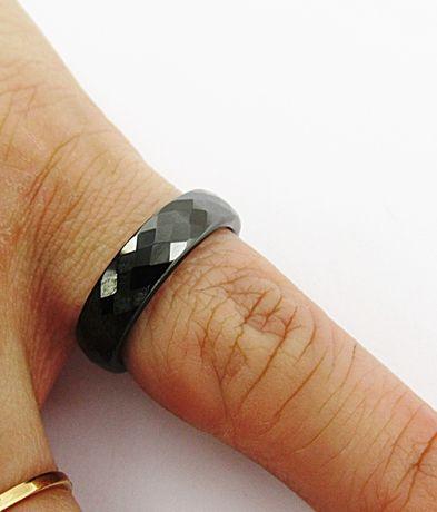 Fasetowa szlifowana obrączka kolor czarny ceramiczna prezent PX358