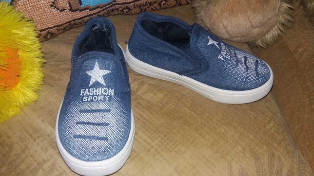 Взуття мокасіни тапочки
