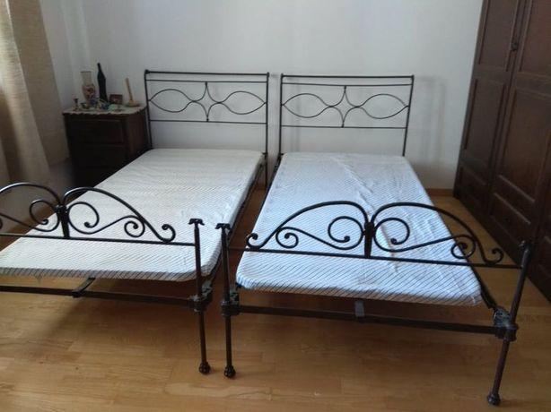 Duas camas de ferro