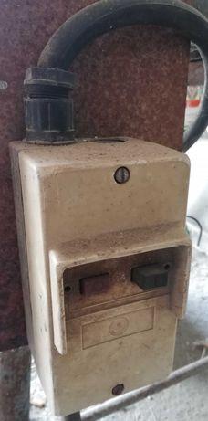 Szlifierka przecinarka do metalu ze stołem.