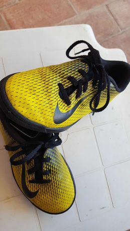 Sapatilhas de futebol Nike. Usadas mas em bom estado.