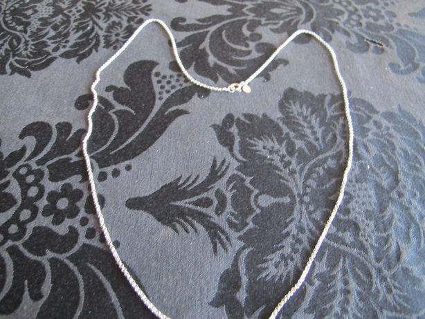 Fio em prata com malha de cordão de 74 cm. Com marca do fabricante.
