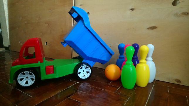 Продам дитячий набір машинка та кеглі.