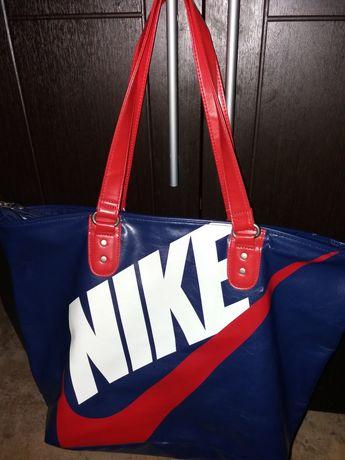 Вместительная фирменная сумка Nike!