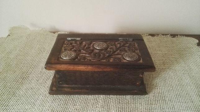 Stylowa, drewniana szkatuła w kształcie książki ze zdobieniami