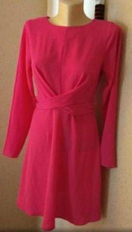 Платье красивого цвета фуксии