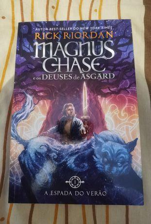 """Livro """" Magnus Chase e os Deuses de Asgard - Livro 1:A espada de Verão"""