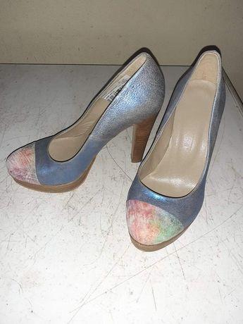 Sapatos de salto alto azuis