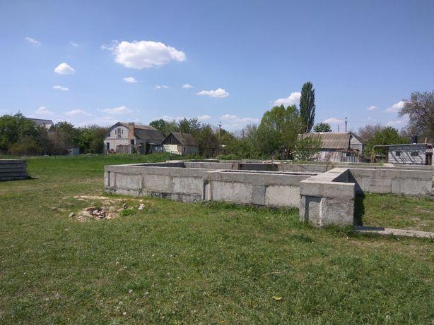 Александровка продам участок, добротным фундамент + новые строй.мат.