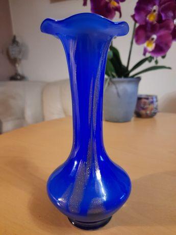 Zabylkowy wazon ręcznie formowany.