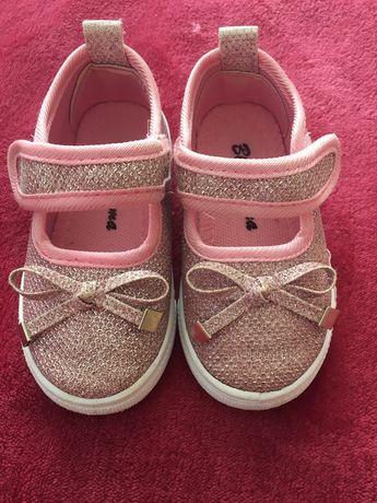Взуття для дівчинки. Кеди. Кросівки.