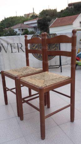 Cadeiras de madeira com assento de palhinha