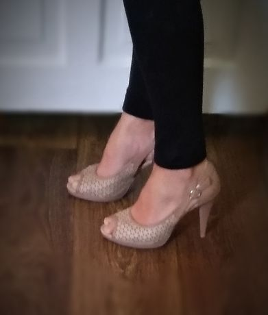 Бежевые босоножки на каблуке шпильке