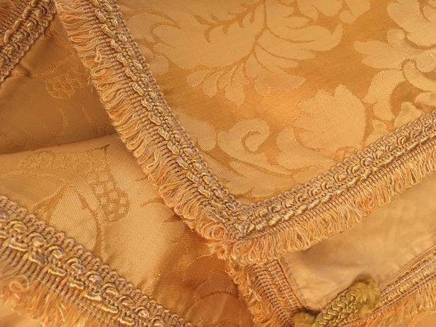 Colcha dourada em seda adamascada,forrada com borlas,lindíssima