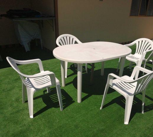 Vendo Mesa e 4 Cadeiras para Jardim