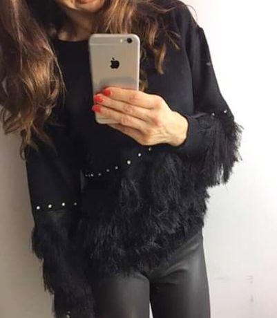 Czarny sweterek zdobiony frędzelkami