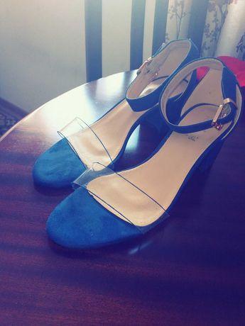 Vendo 3 pares de sandalias, nunca foram usadas,10€ cada uma.