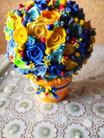 Букет ручной работы из атласной ленты в виде роз , топиарий