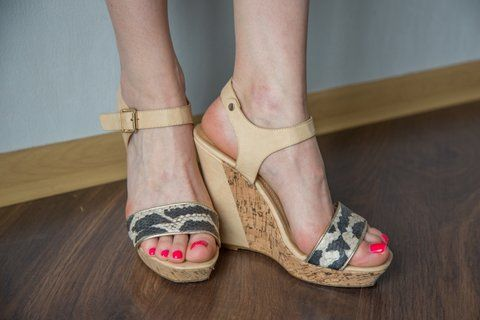 Sandały damskie na koturnie, beżowe roz. 39