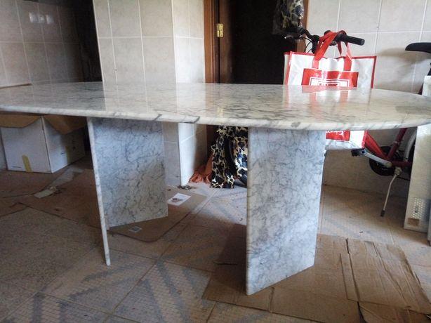 Mesa toda em mármore