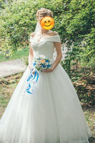 Свадебное платье, в отличном состоянии, очень удобное.