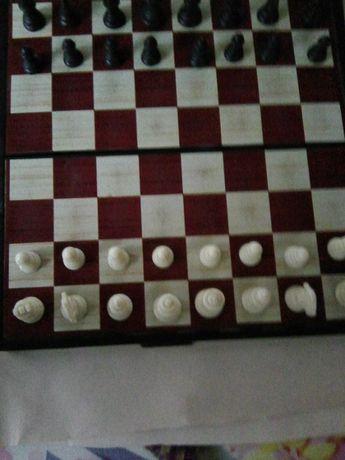 Продам шахматы на магнитах и Детективы Марининой,