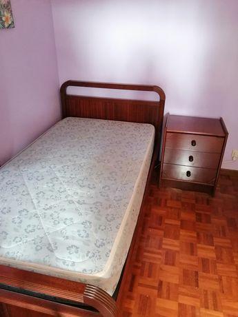 Cama de solteiro e mesa de cabeceira